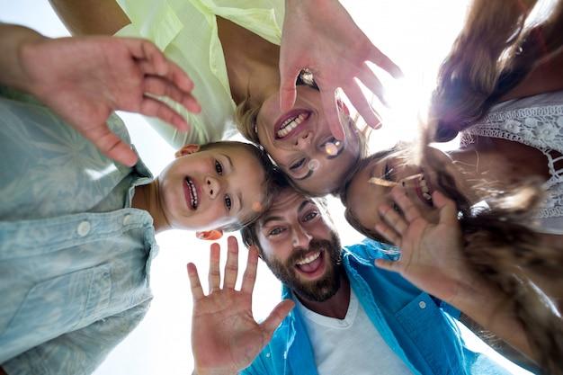 Rodzina gestykuluje i tworzy skupisko w jardzie