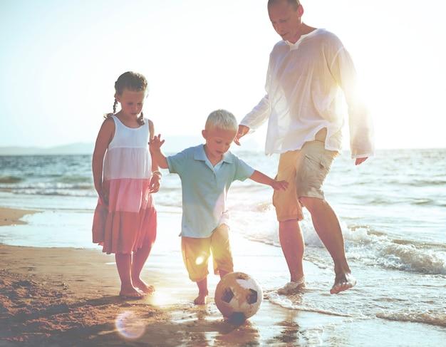 Rodzina gra na plaży.