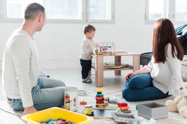 Rodzina gra razem w domu