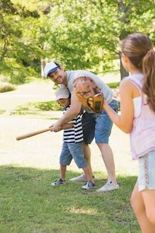 Rodzina gra w baseball w parku