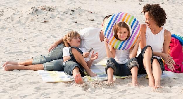 Rodzina gra z piaskiem