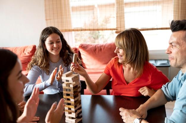 Rodzina grająca w układanie razem w domu
