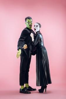 Rodzina halloween szczęśliwa para w kostiumie na halloween i makijażu krwawy motyw