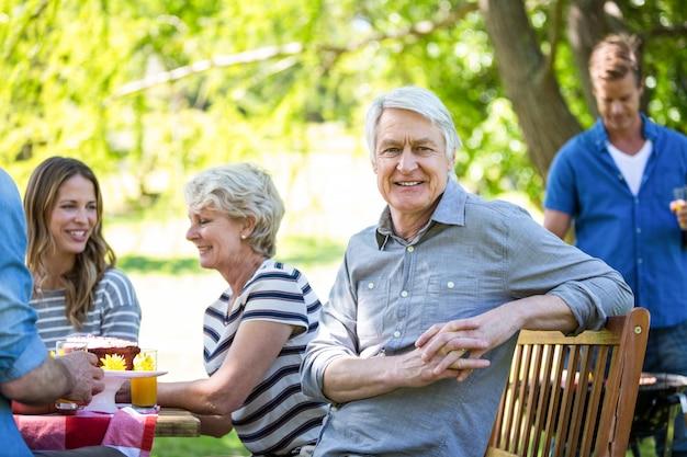 Rodzina i przyjaciele piknik z grillem