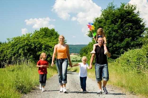 Rodzina idąca tą ścieżką