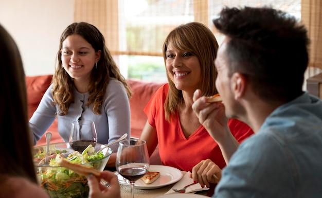 Rodzina jedząca razem obiad