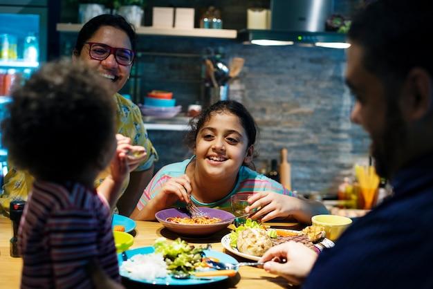 Rodzina jedzenia przy stole jadalnym razem