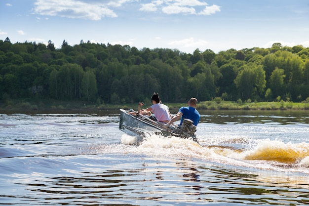Rodzina jedzie motorówką po jeziorze