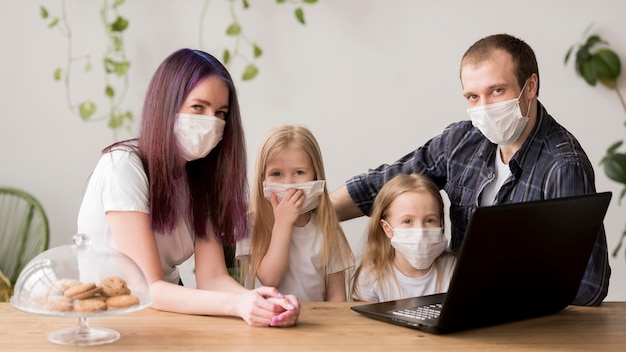 Rodzina korzysta z laptopa