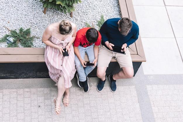 Rodzina korzystająca z nowych technologii na zewnątrz w letni dzień. styl życia. wysokiej jakości zdjęcie.