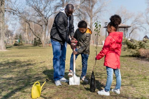 Rodzina, która chce posadzić razem drzewo