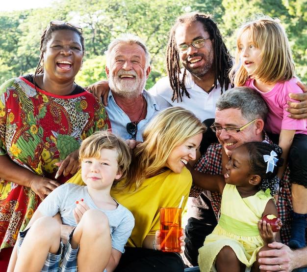 Rodzina, która cieszy się towarzystwem siebie nawzajem