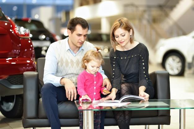 Rodzina kupuje nowy samochód w salonie samochodowym
