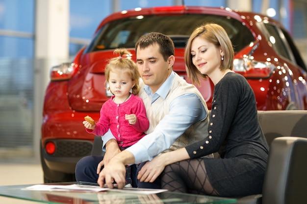 Rodzina kupuje nowy samochód w salonie