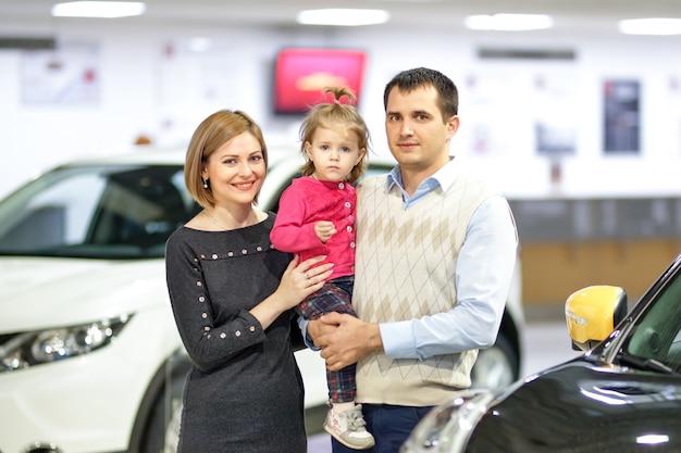 Rodzina kupuje nowy samochód w sklepie samochodowym