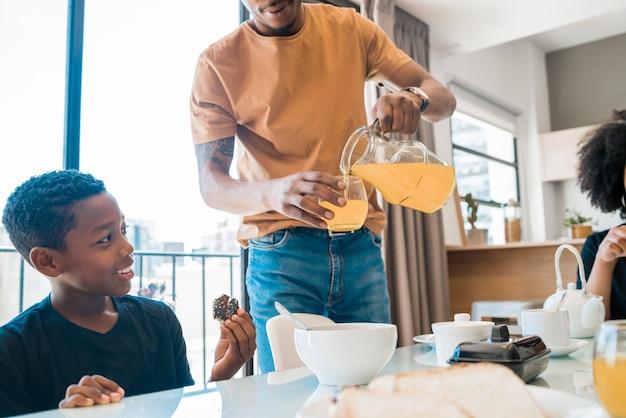 Rodzina ma śniadanie wpólnie w domu.