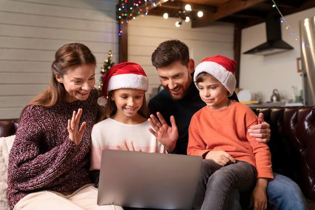 Rodzina ma wideorozmowę w boże narodzenie