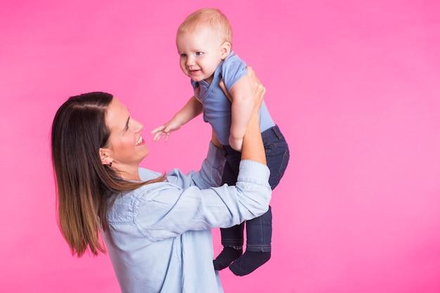Rodzina, macierzyństwo, rodzicielstwo, ludzie i koncepcja opieki nad dzieckiem - szczęśliwa matka trzyma urocze dziecko