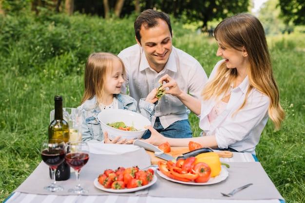 Rodzina mająca piknik w przyrodzie
