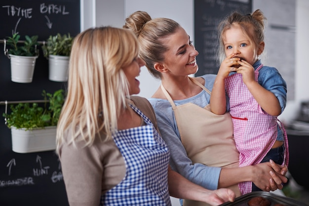 Rodzina miło spędza czas w kuchni