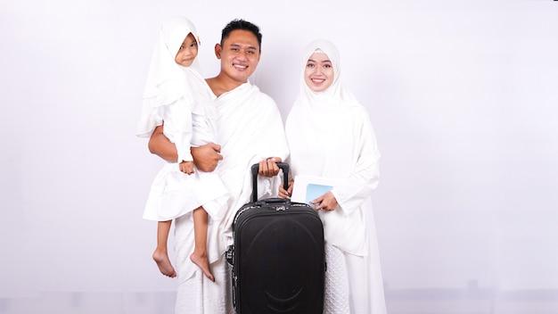 Rodzina muzułmańska przygotowuje się tam umroh odizolowane