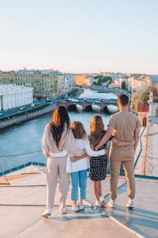 Rodzina na dachu cieszy się z widokiem pięknego zmierzchu w sankt petersburg w rosja