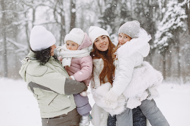 Rodzina na rodzinnych wakacjach bożonarodzeniowych. dziadkowie z dziećmi. ludzie pozują do aparatu.