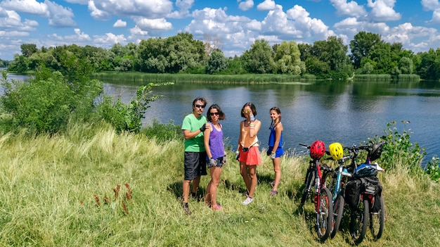 Rodzina na rowerach na rowerze na świeżym powietrzu, aktywni rodzice i dzieci na rowerach, widok z góry szczęśliwej rodziny