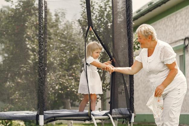 Rodzina na tylnym podwórku. wnuczka z babcią.
