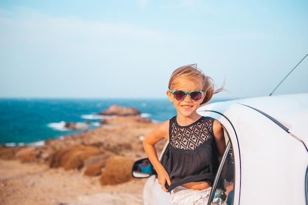Rodzina na wakacjach. letnie wakacje i koncepcja podróży samochodem