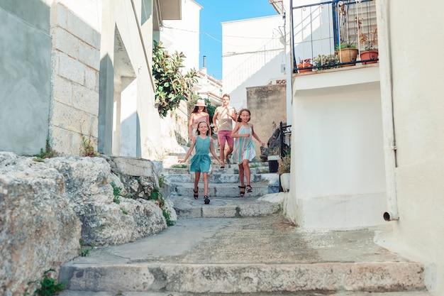 Rodzina na wakacjach w europie dobrze się bawi
