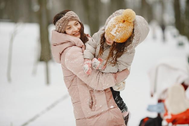 Rodzina na wakacjach w zaśnieżonym lesie