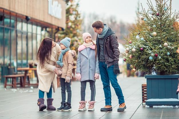 Rodzina na zewnątrz w zimowy dzień