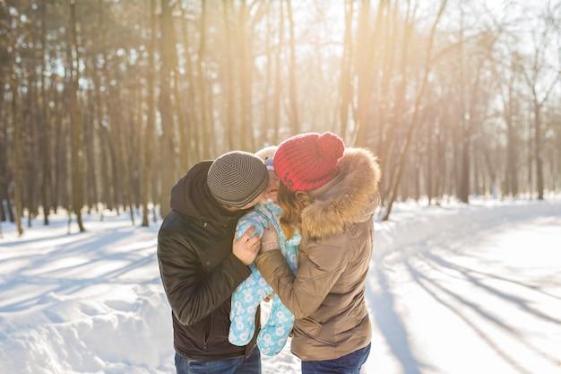 Rodzina na zewnątrz w zimowym krajobrazie. niemowlę dziecko
