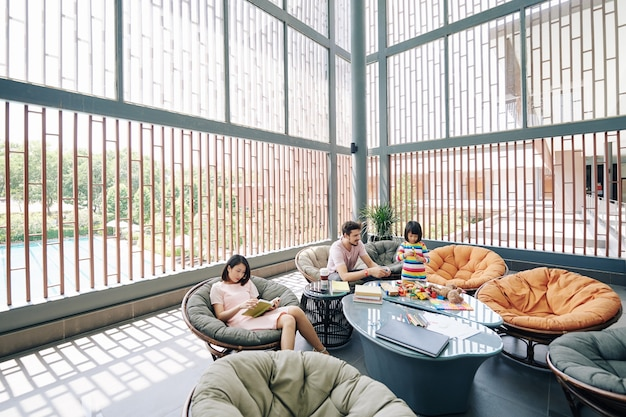Rodzina odpoczywa w hotelowym salonie