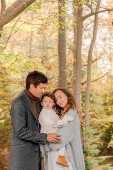 Rodzina odpoczywa w lesie jesienią