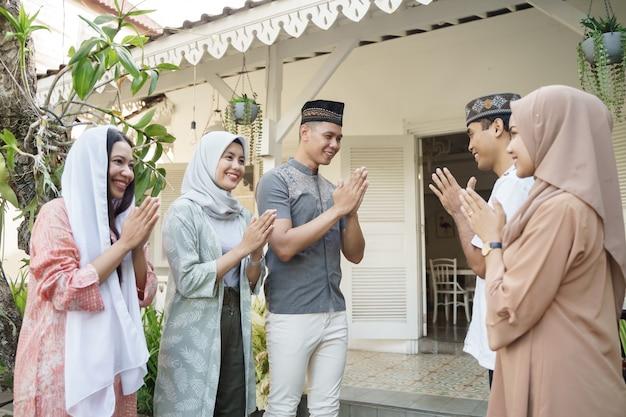 Rodzina odwiedzająca eid mubarak
