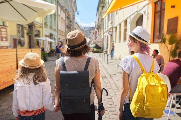 Rodzina odwiedzająca miasto