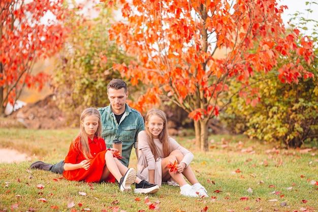 Rodzina ojca i córeczki na piękny jesienny dzień w parku