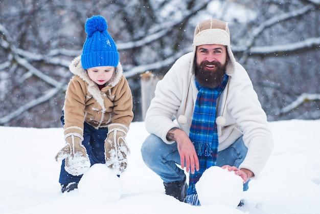 Rodzina ojca i dziecka na zewnątrz w zimie