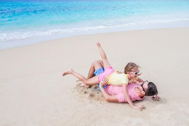 Rodzina ojca i sportowa dziewczynka zabawy na plaży