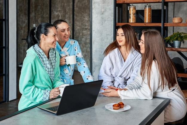 Rodzina omawia mały biznes przy śniadaniu w kuchni