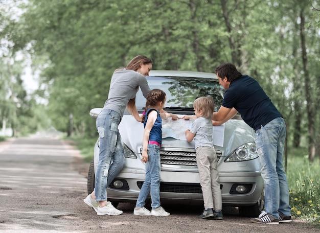 Rodzina omawia mapę drogową podczas rodzinnej wycieczki