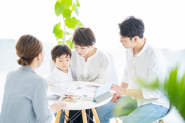 Rodzina otrzymująca wyjaśnienie wnętrza od kobiety w garniturze