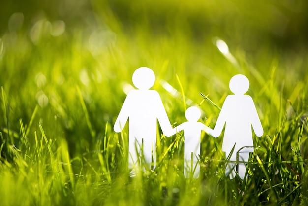 Rodzina papieru na zielonej trawie