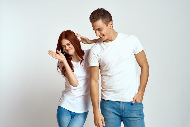 Rodzina para zakochanych dżinsy biała koszulka emocje zabawa człowiek