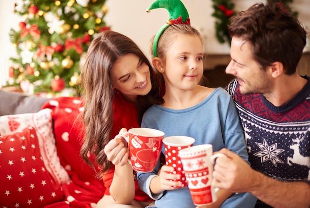 Rodzina pije gorącą czekoladę na boże narodzenie