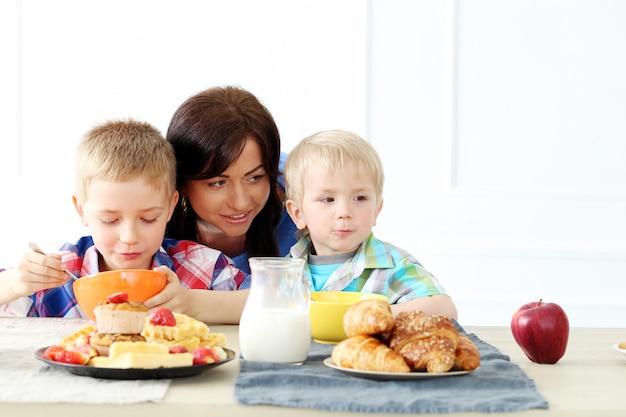 Rodzina podczas śniadania