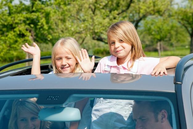 Rodzina podróżująca samochodem