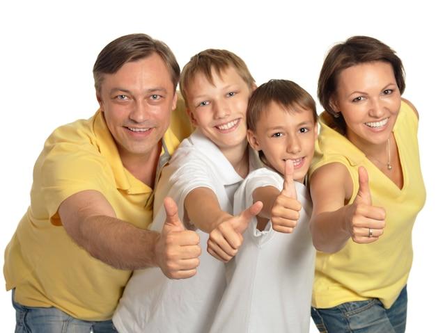 Rodzina pokazująca kciuki w górę na białym tle